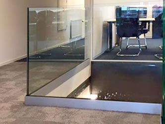 Glazen balustrade onderzijde montage