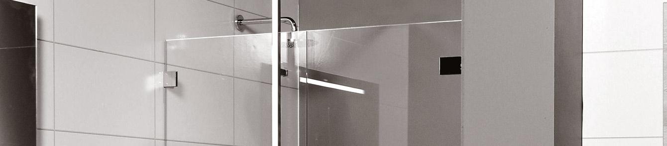 Een douchedeur of een badkamer uitgevoerd met hardglazen deur of wanden.