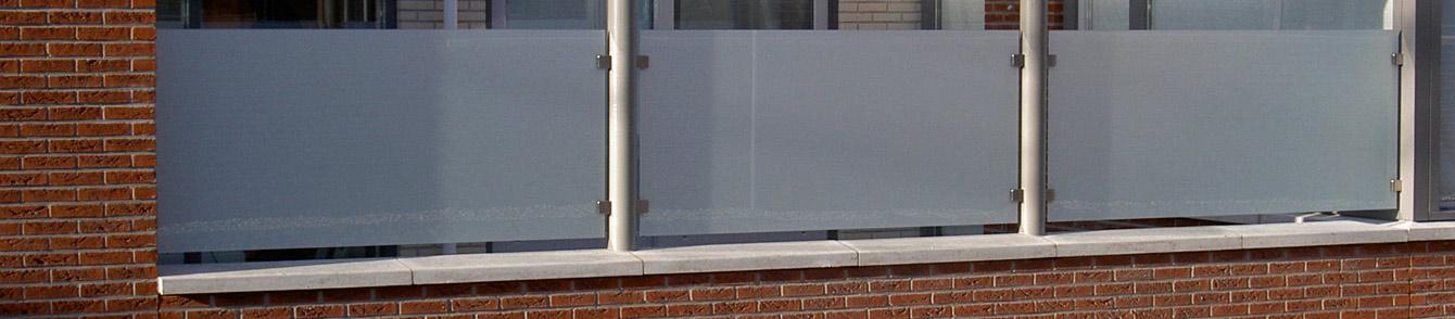 balustrade met gematteerd glas