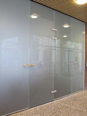 Glazen deur in glazen wand